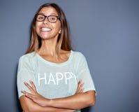 Jovem mulher vívida com sorrir forçadamente de queijo grande imagem de stock royalty free