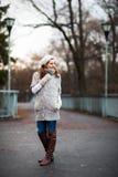 Jovem mulher vestida em um casaco de lã de lã morno Fotografia de Stock