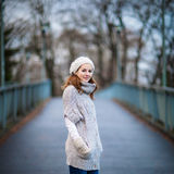 Jovem mulher vestida em um casaco de lã de lã morno imagem de stock royalty free