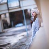 Jovem mulher vestida em um casaco de lã de lã morno Imagem de Stock