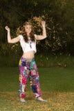 Jovem mulher vestida no estilo boêmio do hippy Fotos de Stock Royalty Free