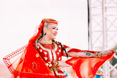 A jovem mulher vestiu-se no traje popular tradicional que dança Azerbaij fotografia de stock royalty free