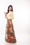Jovem mulher vietnamiana bonita com estilo moderno ao dai que guarda um fã de papel Fotos de Stock