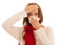 Jovem mulher virada que sofre da gripe em casa imagens de stock royalty free