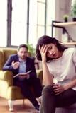 Jovem mulher virada triste que visita um psicólogo fotos de stock