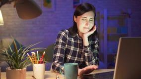 A jovem mulher viu o índice desagradável e desagradável em um portátil video estoque