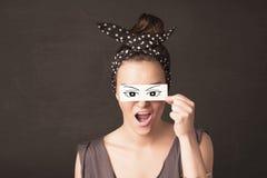 Jovem parvo que olha com papel tirado mão do olho Imagem de Stock