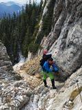 Jovem que escala até o cume de Piatra Craiului Fotos de Stock Royalty Free