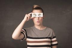 Jovem que guarda de papel com o desenho irritado do olho Foto de Stock Royalty Free