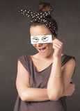 Jovem que guarda de papel com o desenho irritado do olho Fotos de Stock Royalty Free