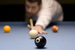 Jovem que joga o snooker Fotografia de Stock Royalty Free