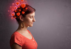Jovem que pensa sobre o amor com corações vermelhos imagem de stock royalty free