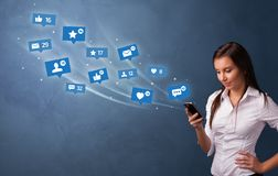 Jovem que usa o telefone com conceito social dos meios imagem de stock royalty free