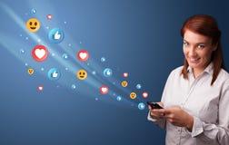 Jovem que usa o telefone com conceito social dos meios imagem de stock