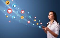 Jovem que usa o telefone com conceito social dos meios fotos de stock royalty free