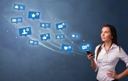 Jovem que usa o telefone com conceito social dos meios ilustração royalty free