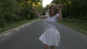 Jovem senhora atrativa que aprecia um dia de verão na natureza que corre na floresta - filme
