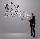 Jovem senhora atrativa que canta e que escuta a música com musica Fotografia de Stock Royalty Free