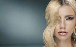 Jovem senhora bonita com penteado extravagante Foto de Stock