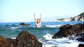 Jovem senhora bonita na praia rochosa video estoque
