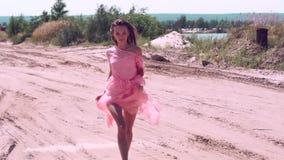 Jovem senhora bonita no vestido cor-de-rosa video estoque