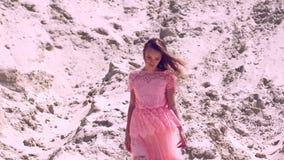 Jovem senhora bonita no vestido cor-de-rosa filme