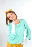 Jovem senhora bonita que guarda as luvas brancas que vestem a curva amarela que levanta em um fundo branco no estúdio Foto de Stock Royalty Free