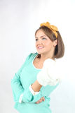 Jovem senhora bonita que guarda o ramalhete das flores brancas que veste a curva amarela que levanta em um fundo branco no estúdi Fotografia de Stock Royalty Free