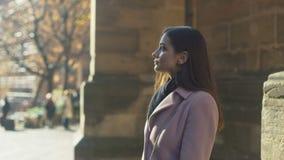 A jovem senhora bonita vai sightseeing na cidade velha, apreciando o tempo agradável filme