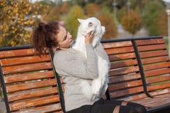 Jovem senhora com gato de Maine Coon Fotos de Stock Royalty Free