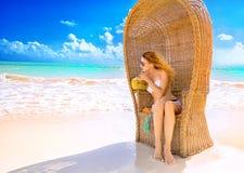 Jovem senhora com os óculos de sol que relaxam na praia tropical Imagens de Stock Royalty Free