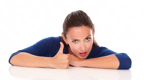 Jovem senhora com polegar que gesticula acima o grande trabalho Imagens de Stock Royalty Free
