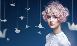 Jovem senhora com um corte de cabelo colorido foto de stock