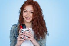 Jovem senhora de sorriso com bebida quente fotografia de stock