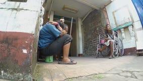 Jovem senhora deficiente na cadeira de rodas com outro que implora vídeos de arquivo