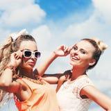 Jovem senhora dois na pose do fato do verão para a câmera foto de stock