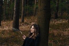 Jovem senhora em uma floresta Fotografia de Stock Royalty Free