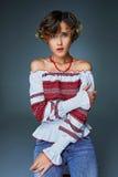 Jovem senhora encantador do retrato com cabelo ondulado curto no bordado fotografia de stock