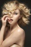 Jovem senhora impressionante com corte de cabelo encaracolado Fotografia de Stock
