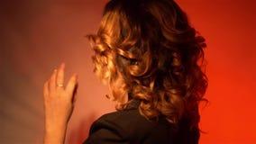 Jovem senhora lindo com bordos vermelhos e penteado bonito video estoque