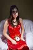 Jovem senhora misteriosa na máscara preta que espera com imagem de stock