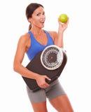 Jovem senhora na dieta que tem a atitude positiva Fotografia de Stock Royalty Free