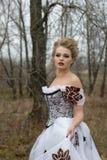 Jovem senhora no vestido branco do vintage no retrato da floresta Fotos de Stock Royalty Free