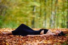 Jovem senhora no vestido preto exterior Fotografia de Stock Royalty Free