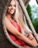 Jovem senhora no vestido vermelho com joia luxuosa no jardim imagem de stock