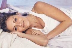 A jovem senhora que aprecia sua manhã e acorda Fotografia de Stock Royalty Free
