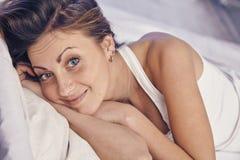A jovem senhora que aprecia sua manhã e acorda Fotografia de Stock