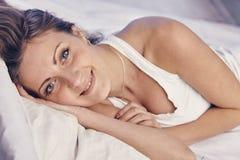 A jovem senhora que aprecia sua manhã e acorda Imagens de Stock Royalty Free