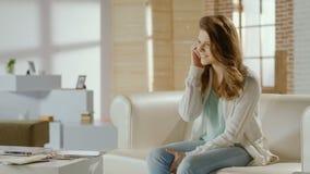A jovem senhora que fala com o noivo no telefone, flertando, extremidades chama vídeos de arquivo