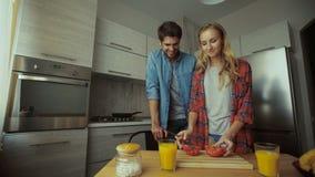 Jovem senhora que faz o café da manhã para seu homem na cozinha filme